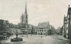 Historische Darstellung vom Holzmarkt und dem Rathaus in Halberstadt - Fachwerkgebäude; im Vordergrund der Holzmarktbrunnen und ein Pferdegespann - Kirchtürme der St. Martinikirche.