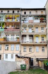 Rückseite eines Wohnhauses in Świdnica / Schweidnitz; Balkons mit schmiedeeisernen Säulen.