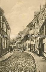 Alte Fotografie aus der Peterstrasse in Goslar - Fachwerkhäuser, geöffnete Fenster; Kinder und EinwohnerInnen vor der Haustür.