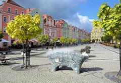 Barocke Bürgerhäuser am Ring in Bunzlau / Bolesławiec; Wiederaufbau nach den Zerstörungen im II. Weltkrieg; Springbrunnen und Keramik Sitzbank.