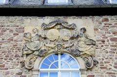 Relief / Stuckdekor mit Wappen - Fassade der Orangerie in Wernigerode.