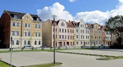 Mehrgeschossige Wohnhäuser mit Gründerzeitfassade, Jugendstil - Strassenzug in Halberstadt, Harmoniestrasse.