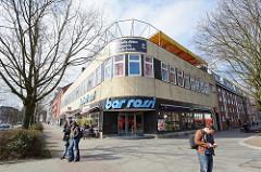 Ehem. Kurbad an der Max Brauer Allee im Hamburger Stadtteil Altona-Nord; jetzt Bar Rossi - Gebäude mit gelben Ziegeln verblendet - runde Ecke.