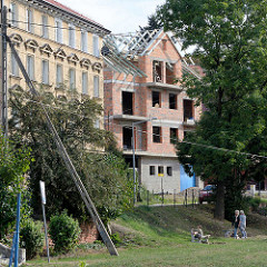 Neubau / Baustelle, Gründerzeitgebäude - Grünanlage mit Ruhebank - Kłodzko / Glatz.
