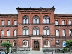 Backsteinarchitektur - Gerichtsgebäude, Bezirksgericht in  Świdnica / Schweidnitz; lateinische Inschrift über dem Eingang Curantes iura iuvant.