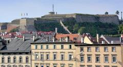 """Wohnhäuser am Burghügel - Mauern der Festung Glatz. Das """"castellum Cladsko"""" wurde erstmals im Jahr 981 erwähnt. Es war eine gegen Polen gerichtete Grenzburg."""