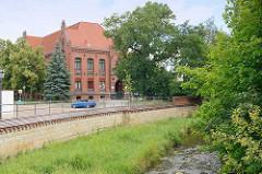 Blick über den Fluss Holtemme zur Europaschule Am Gröpertor in Halberstadt.
