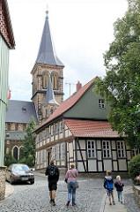 Kirchturm der St. Sylvestri Kirche in Wernigerode - Kopfsteinplaster / Touristen.