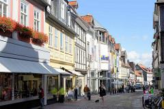 Verkehrsberuhigte Geschäftsstrasse /  Fussgängerzone in Goslar, Breite Strasse - Geschäfte, Einzelhandel / Passanten.