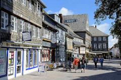 Fachwerkhäuser - Schindeldächer, Fassaden; Geschäfte in der Schilderstrasse von Goslar.