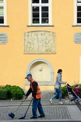 Rathausfassade  in Bunzlau / Bolesławiec; Rathausgebäude in den Hussitenkriegen 1429 zerstört -  Wiederaufbau durch den Görlitzer Stadtbaumeister Wendel Roskopf, der 1535 im Stil der Spätgotik bzw. Renaissance vollendet wurde. Aus dieser Zeit blieb d