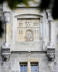 Wappen von Bunzlau / Bolesławiec; Fassade vom Gerichtsgebäude der Stadt.