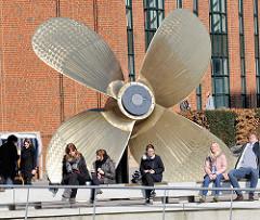 Schiffspropeller / Schiffsschraube aus Bronze auf dem Vorplatz zum Internationalen Maritimen Museum in der Hamburger Hafencity.