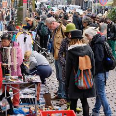 Strassenfest / Flohmarkt auf der Susannenstrasse im Hamburger Stadtteil Sternschanze - die Anwohner protestieren mit einem Schanzenfrühjahrsfest gegen die Gentrifizierung ihres Stadtteils.