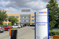 Eingang AMEOS Klinikum in Halberstadt.