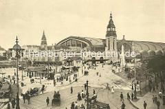 Historische Ansicht vom Hamburger Hauptbahnhof und den Bahnhofsvorplatz beim Steintorwall / Glockengiesserwall - Strassenverkehr mit Strassenbahn, Pferdefuhrwerke, Droschken, Reiter, Auto und Fussgängern.