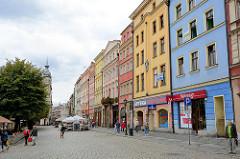 Historische Altstadt von Świdnica - Schweidnitz; Hausfronten mit farbigen Fassaden.