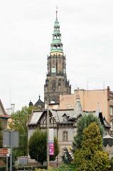 Kirchturm der Stadtpfarrkirche St. Stanislaus und Wenzel (Kościół ŚŚ. Stanisława i Wacława) in Świdnica - Schweidnitz. Seit 2004 Kathedrale des neueingerichteten Bistums, wurde 1325–1488 an der Stelle eines 1250 erwähnten Vorgängerbaus errichtet. Nac