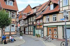 Fachwerkarchitektur in Wernigerode - Kochstrasse; in der Bildmitte das Kleinste Haus der Stadt - Breite 2,95 Meter, Raumhöhe 1,90 cm - Wohnraum 9 m² groß.