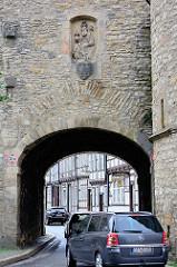 Durchfahrt, Strasse mit PKW - Breites Tor in Goslar. Das Tor war im Spätmittelalter das bedeutendste Stadttor von Goslar; es wurde im Jahre 1443 errichtet.
