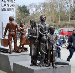 """Kindertransport - Der letzte Abschied, Bildhauer Frank Meisler - Denkmal am Dammtorbahnhof in Hamburg; eingeweiht 2015. Von Dezember 1938 bis August 1939 wurden mehr als 10.000 - überwiegend jüdische - Kinder aus dem """"Dritten Reich"""" per Zug"""