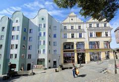 Westseite vom Ring beim Rathaus von Kłodzko / Glatz - Platz an der Mariensäule; historische und moderne Architketur, Wohnhäuser und Geschäfte.