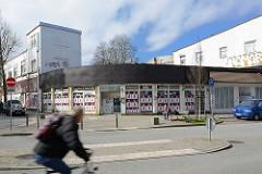 Provisorischer Rundbau - Fenster mit Plakaten verklebt, Radfahrer - Schulterblatt im Hamburger Stadtteil Eimsbüttel.
