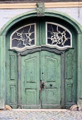 Holztür mit Schnitzereien - Doppeltür mit geschnitztem Rankwerk - Oberlicht mit Monogramm und Jahreszahl 1783.
