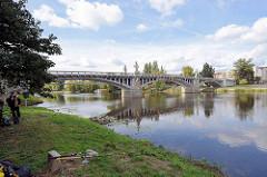 Angler an der Elbe in Nymburk / Neuenburg - Jugendstilarchitektur / Baustil Gründerzeit.