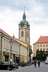Fussgängerzone - Blick zum Schloss Mělník; Kirchturm der Kath. Propsteikirche St. Peter und Paul (Kostel sv. Petra a Pavla).