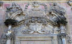 Aufwändiges Stuckdekor / Relieffiguren, Deckelvase mit Rankwerk - Inschrift Ezechielis 37. V. 3 Du Menschen Kind meinst du auch daß diese Gebeine wieder lebendig werden Herr Herr, das weisest du wohl.
