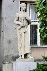 Skulptur am Eingang des Gerichtsgebäudes in Hradec Králové / Königgrätz - eröffnet 1934.