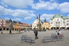 Marktplatz von Dvůr Králové nad Labem / Königinhof an der Elbe; in der Bildmitte die Mariensäule, lks. der Záboj Brunnen.