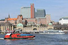 Bilder aus Hamburg St. Pauli - Blick über die Elbe zu den St. Pauli Landungsbrücken; lks. die Kuppel vom Alten Elbtunnel - die Hafenfähre Reeperbahn fährt elbaufwärts.