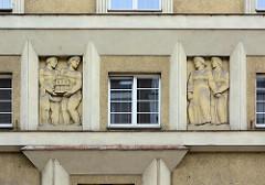 Figürlicher Fassadenschmuck in der Fensternische - Architektur der 1930er Jahre in Hradec Králové / Königgrätz.