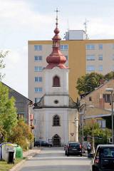Kirche der Erhebung des Heiligen Kreuzes in Dvůr Králové nad Labem / Königinhof an der Elbe; Kreuzkirche errichtet 1752 - im Hintergrund Hochhäuser.