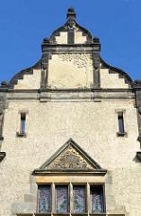 Giebel vom GutsMuths Gymnasium / Oberrealschule in Quedlinburg, erbaut 1903; Dekorschmuck im Giebel und Fenstersturz.