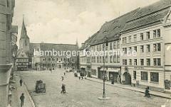 Historische Aufnahme vom Marktplatz in Quedlinburg - Hotel zum Bär, Pferdefuhrwerk; im Hintergrund das Rathaus und die Marktkirche.