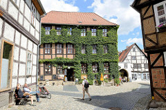 Altstadt von Quedlinburg - mehrgeschossiges Fachwerkhaus, Fassade mit Efeu bewachsen.