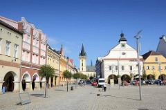 Historische Ringbebauung am Marktplatz von Dvůr Králové nad Labem / Königinhof an der Elbe; in der Bildmitte das historische Rathausgebäude, lks. davon der Kirchturm der  Dekanatskirche Johannes der Täufer.
