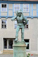 Holzmarkt in Aschersleben - auf dem Markt wurde früher das Brennholz verkauft - Brunnenfigur, Mann mit Holzkiepe - aufgestellt 1914, Bildhauer Frydag.