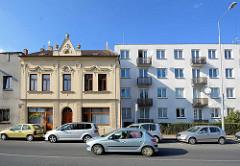 Alt + Neu; schlichter Wohnblock mit Balkons - einstöckiges Gründerzeit Wohnhaus mit Stuckelementen; Architektur in Kutná Hora / Kuttenberg.