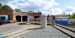 Ehem. Bahnbetriebswerk BW Aschersleben - Ringlokschuppen und Drehscheibe - im Vordergrund ein Einmannbunker / Stehbunker / Splitterschutzzelle. Das Gelände ist jetzt Sitz vom Eisenbahnclub Aschersleben.