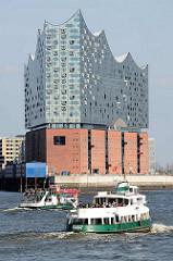 Hafenfähren - Fahrgastschiffe der Hafenrundfahrt auf der Norderelbe vor der Hamburger Elbphilharmonie.