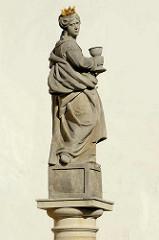 Maria, Skulptur mit Kelch und goldener Krone in Kutná Hora / Kuttenberg.