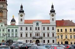 Blick über den Marktplatz / Großer Markt zum Rathaus von Hradec Králové / Königgrätz; lks. die Kuppel der Hl. Kliment Kapelle.