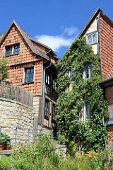 Wohnhäuser an der Wassertorstrasse beim Quedlinburger Schlossberg - Fassadenverkleidung mit Fassadenziegeln.
