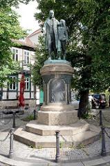 Denkmal für Johann Christoph Friedrich GutsMuths, den Begründer der deutschen Turnbewegung und bedeutenden Reformpädagogen; eingeweiht 1904 - Bildhauer Richard Angers. Das Denkmal besteht aus einer überlebensgroßen figürlichen Darstellung