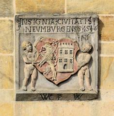 Altes Wappen an der Fassade vom Renaissance Rathaus am Marktplatz von Nymburk / Neuenburg an der Elbe in Tschechien; Putten halten den Wappen Schild mit Löwe und Turm - Jahreszahl 1546.