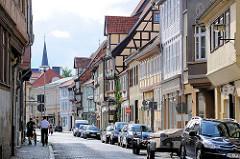 Fachwerkfassaden, parkende Autos - Steinweg in Quedlinburg.